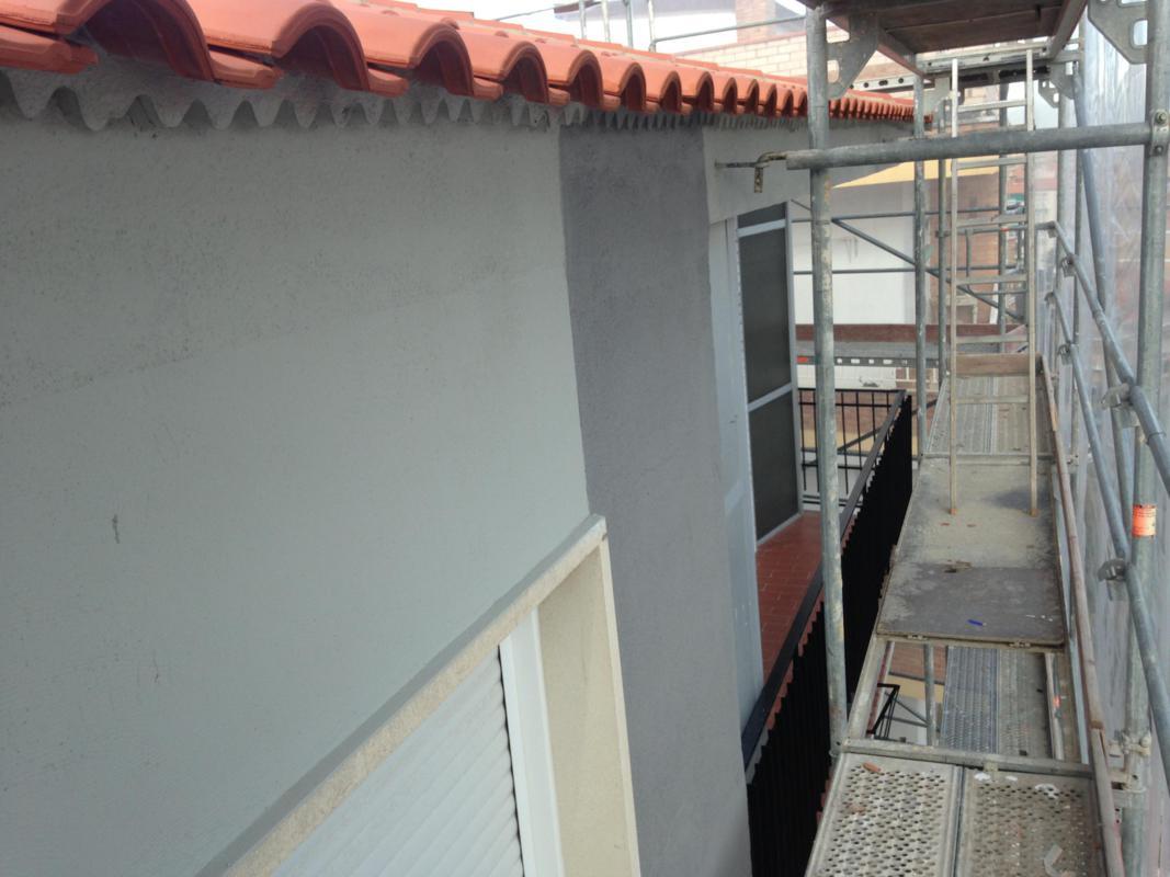 Aplicación de pintura en fachada