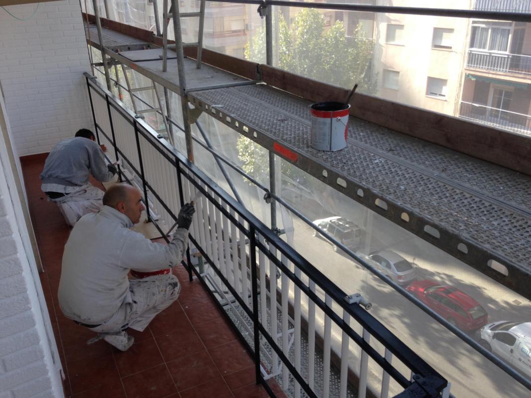 Aplicación de pintura en rejas